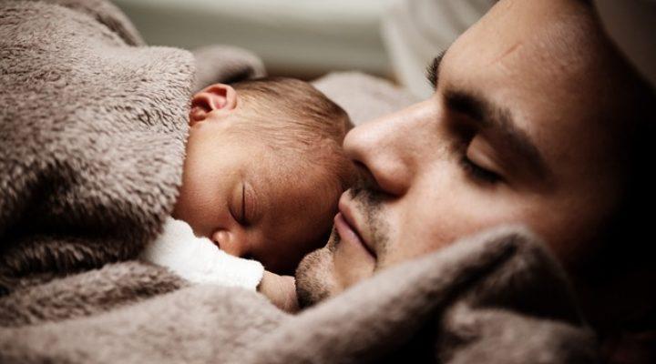Allongement du congé paternité, vers un allègement de la charge mentale des mères ?