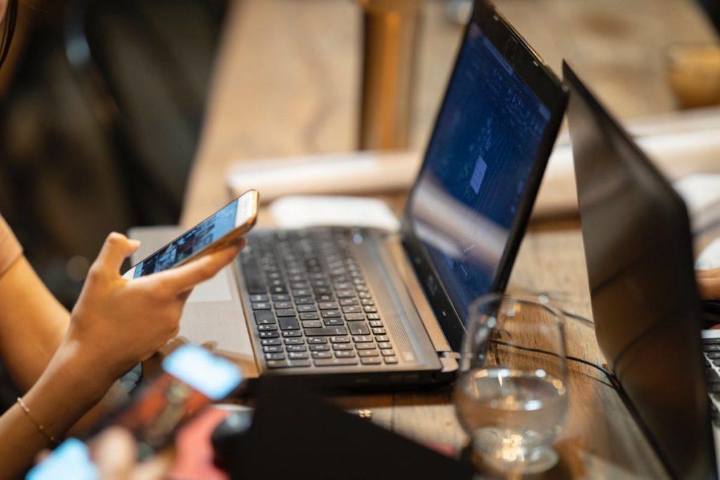Photo By Engin Akyurt From Pexels Woman Computer - Trouvez des solutions avec AMC Ressources, méthode et outils concrets